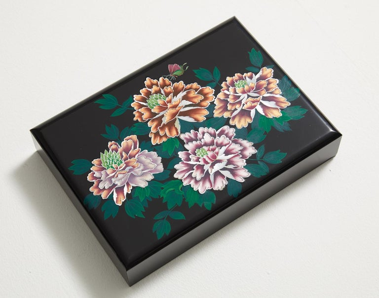 This artwork adopts mother of pearl and lacquer to portray peony blossoms, also known as the king of all flowers and a symbol for beautiful women. The lustrous mother of pearl was used to create such sumptuous flower patterns. The colors inside the