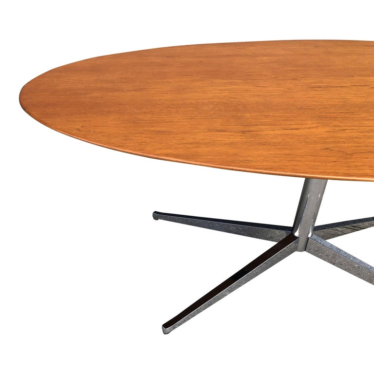Florence Knoll Oval Table Desk in Walnut In Excellent Condition In BROOKLYN, NY