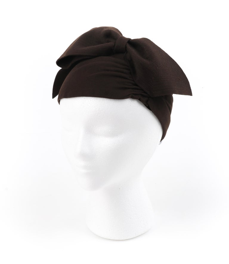 FLORENCE MILLINERY COUTURE c.1940s Chocolate Brown Felt Front Bow Turban Hat In Good Condition For Sale In Thiensville, WI