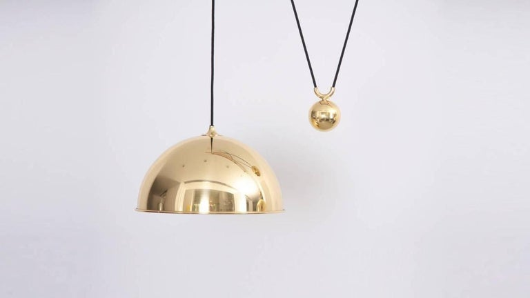 Beautiful brass counterweight pendant with very heavy pulley mechanism in excellent condition. 1 x E27 model a bulb.