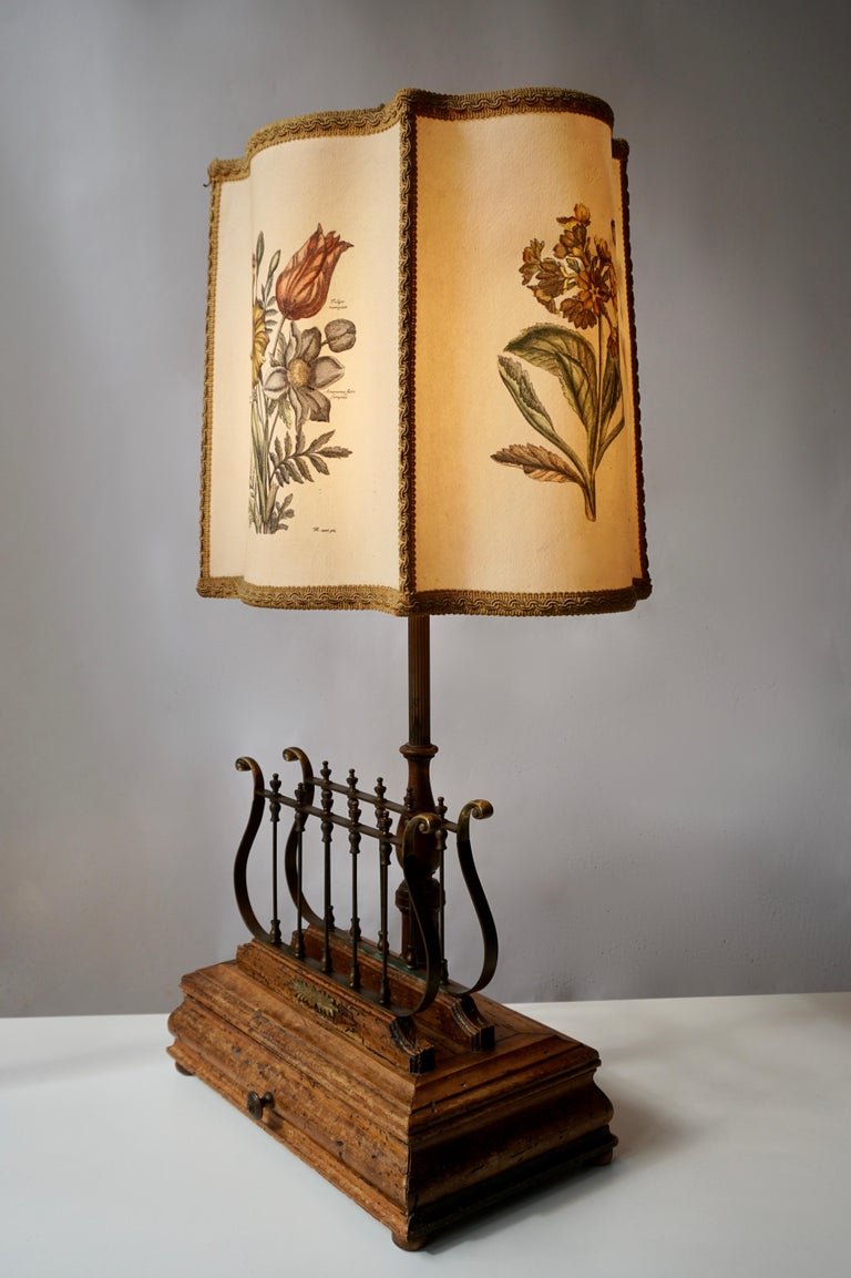 Flower table lamp in brass and wood. Measures: Height 70 cm. width 37 cm. depth 26 cm.