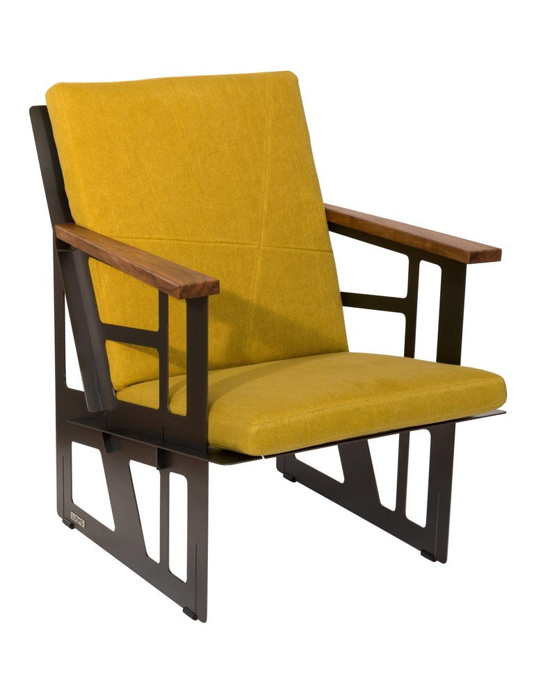 The first lounge chair, consisting of four identical components. A chair with the comfort and functionality of an ingenious director's chair and a timeless industrial design in black steel. With its handmade seat cushions from northern Italy and