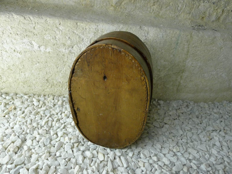 Box to work or for cap. Oval box, carved on lid rosette with 6 branches. pine  France, Alpes, 19th century.  Boîte ovale, sculptée sur couvercle en rosace à 6 branches. pin cembro Alpes, 19ème.