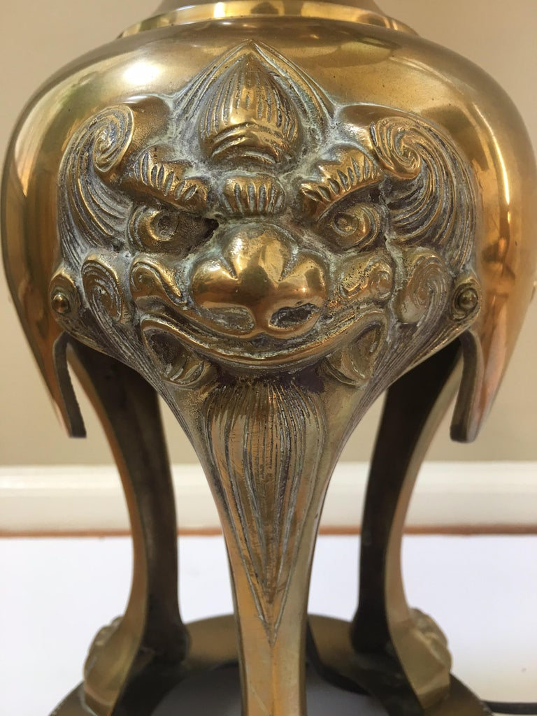 Foo Dog Hollywood Regency Chinoiserie Brass Lamp, James Mont Style In Good Condition For Sale In Lambertville, NJ