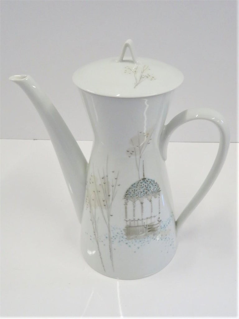 Lovely Rosenthalporcelain coffee pot designed by Raymond Loewy in the Classic Modern Form 2000 shape and with the Rendezvous decoration. The decoration depicts a gazebo in garden with stylized bare trees in an Autumn day. A soft color palette of
