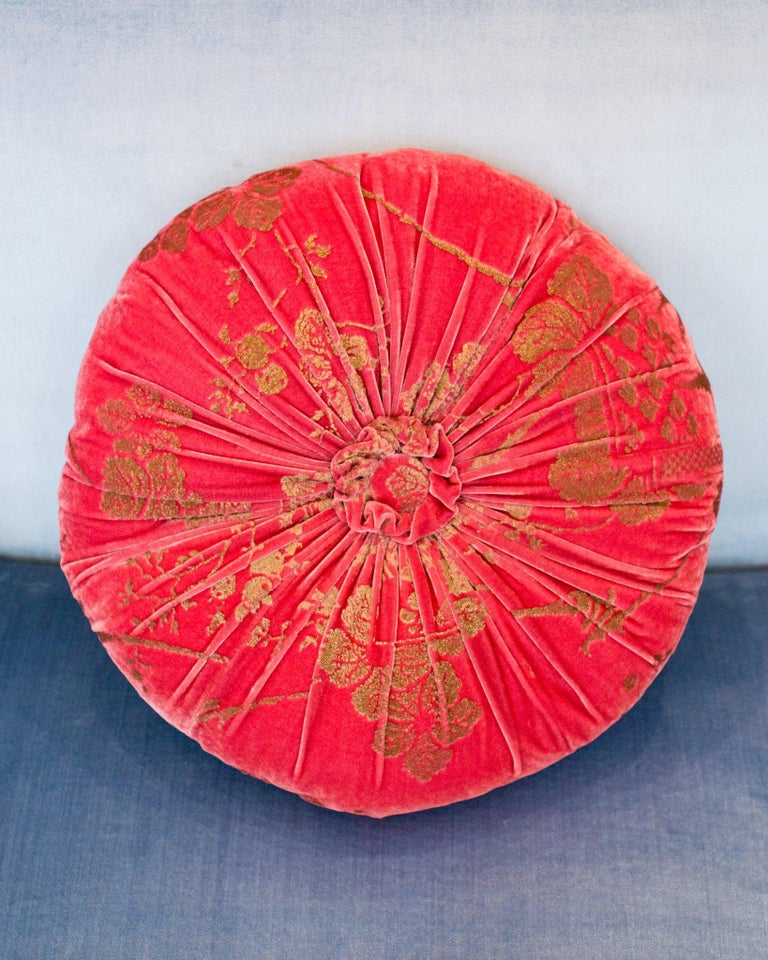 A beautiful Fortuny / Venetia Stadium round pillow with pleats and a center tuft in strawberry pink velvet with gold, made in Venice.