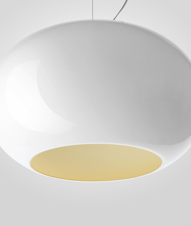 Suspension lamp with diffused light and down. Hand blown cased glass diffuser, white on the inside and colored on the outside, with glossy finish. With the straw-yellow interior, the