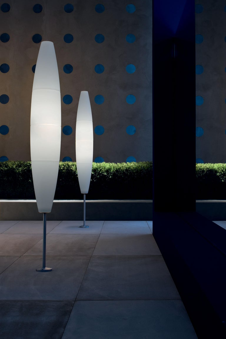 Floor lamp with diffused light. Diffuser consisting of four injection molded polyethylene parts joined by chromed metal hooks. Base, diffuser support and rod made of epoxy powder coated or glossy chromed metal. ON/OFF switch or dimmer switch fitted