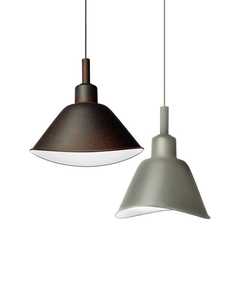 Smash is eye-catching at first glance thanks to its unprecedented shape that recalls a squashed bell: this visual effect has a strong industrial identity, which is emphasised by the special exterior finish and by the curled metal used to create the