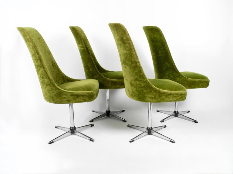 Four original 1970s Pop Art Space Age rotatable chairs by Lübke. Original with green velvet cover. Very good vintage condition without signs of wear. Apparently they have barely been used. Minimal traces of storage.