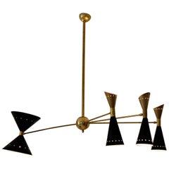 Vierarmiger Asymmetrischer Messing-Kronleuchter, Schwarz-Goldene Pivot-Schirme, Stilnovo-Stil