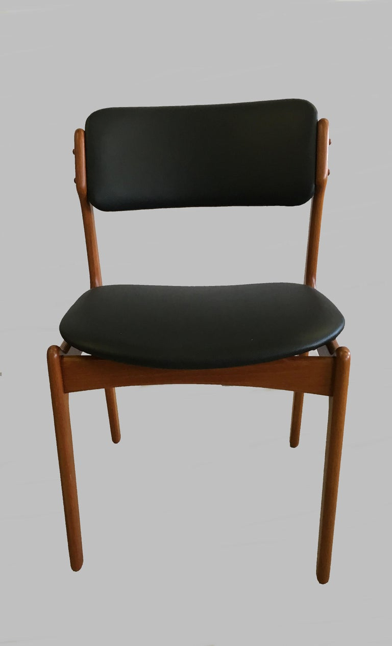 1960s set of four teak dining chairs with floating seat designed by Erik Buch for Oddense Maskinsnedkeri in 1949.  The chairs have a simple yet solid construction with elegant lines and provide a very comfortable seating experience on the elegant