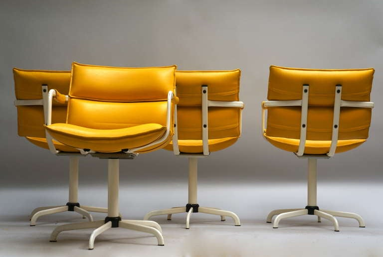 One of Four Swivel Armchairs in Yellow Leather and White Base In Good Condition For Sale In Antwerp, BE