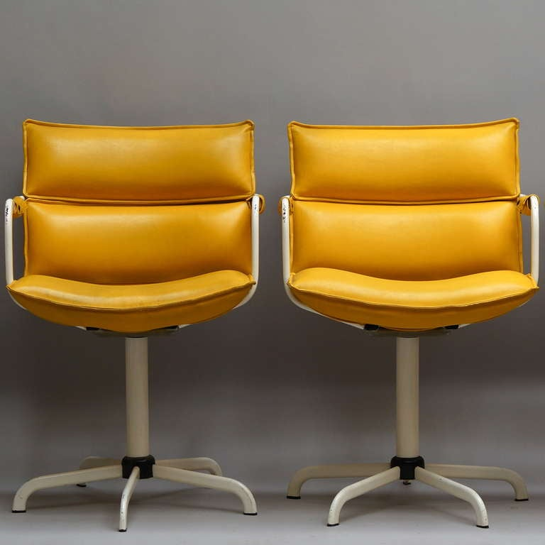 20th Century One of Four Swivel Armchairs in Yellow Leather and White Base For Sale