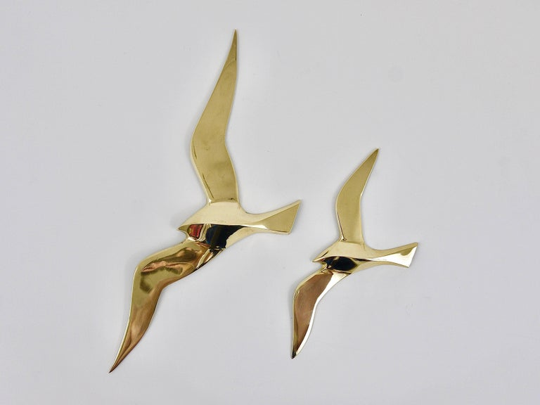 A set of four lovely wall-mounted modernist birds / gulls. Handmade of brass in the 1950s in Austria. Gently polished, in excellent condition. Width of the birds: 13 to 8 in.