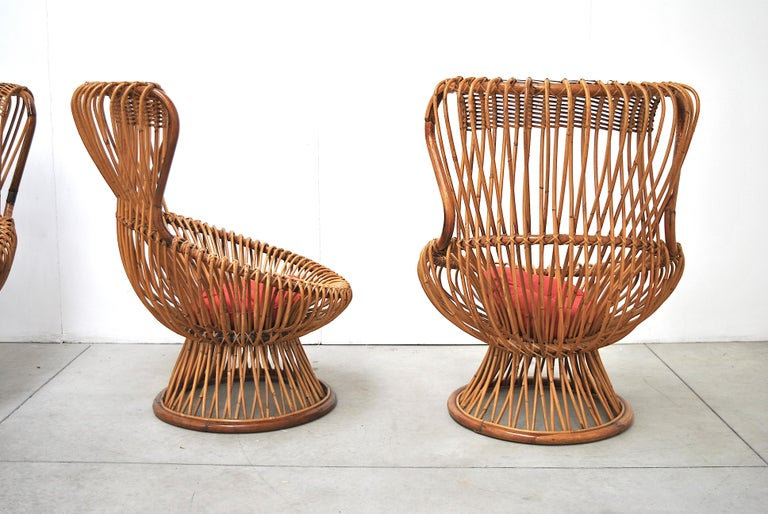 Just after the war, Albini began to work with simple and low-cost materials such as wicker. Margherita is the first armchair without legs of Italian design. It is made with a structure consisting of 60 reeds of Indian rush and 4 crossbows in