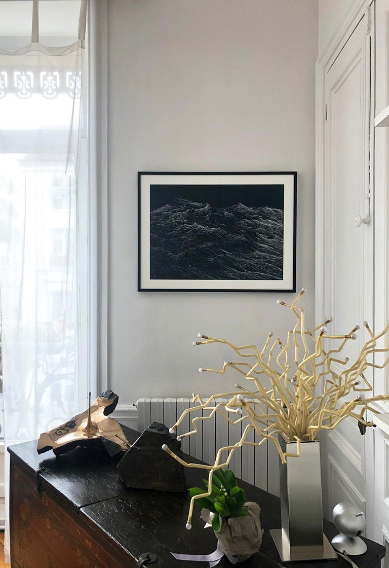 Silver ink on Canson paper, 50 x 70 cm. Sold framed under an anti-reflective glass (dimensions framed: 62,5 x 82,5 cm). Focusing his artistic research on the gesture, Chilean-French artists Franco Salas Borquez (b. 1979) paints the waves using an