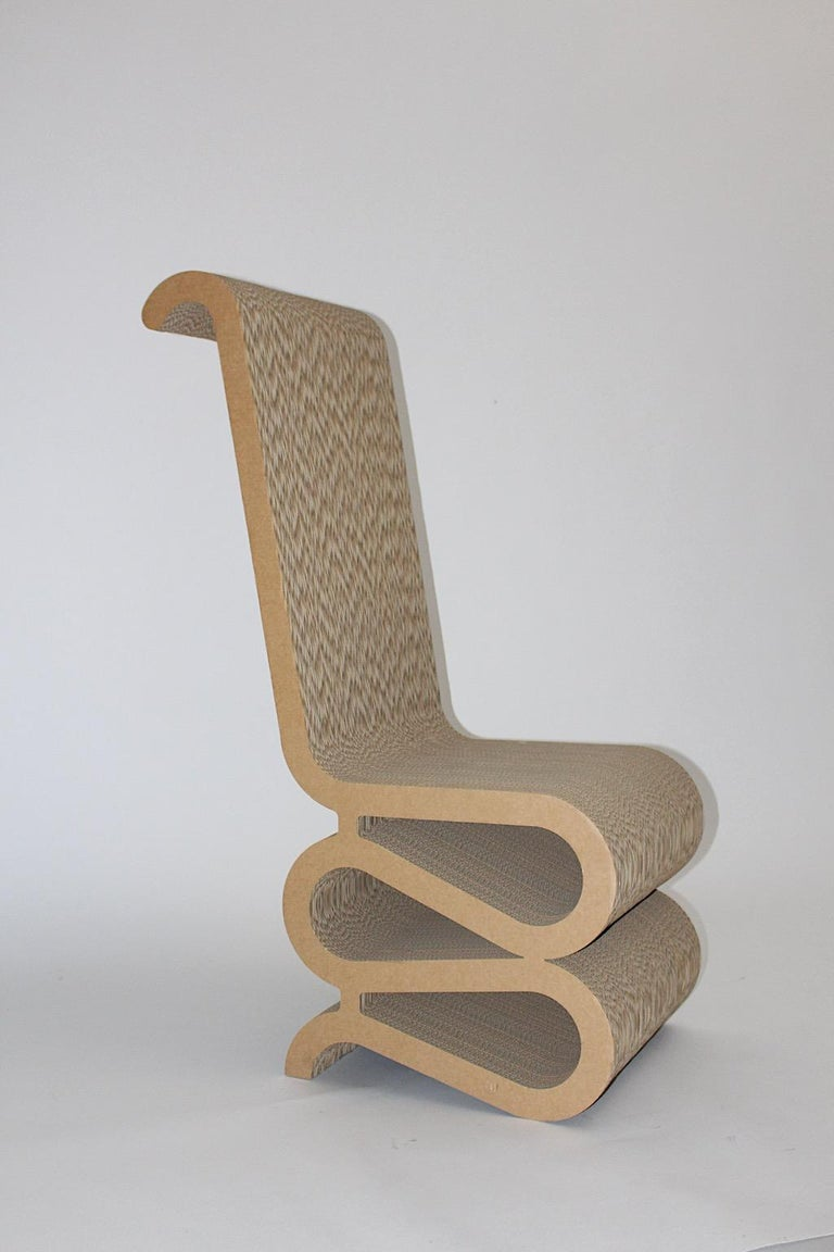 A Frank Gehry attributed curved and corrugated cardboard side chair or chair, which was designed 1970s and executed 1980s. The surface is in very good vintage condition and shows signs of age and use. Approximate measures: Width 45 cm Depth 73
