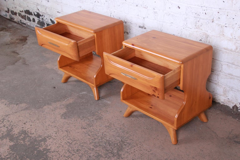 Franklin Shockey Mid-Century Modern Solid Pine Nightstands, Pair For Sale 2