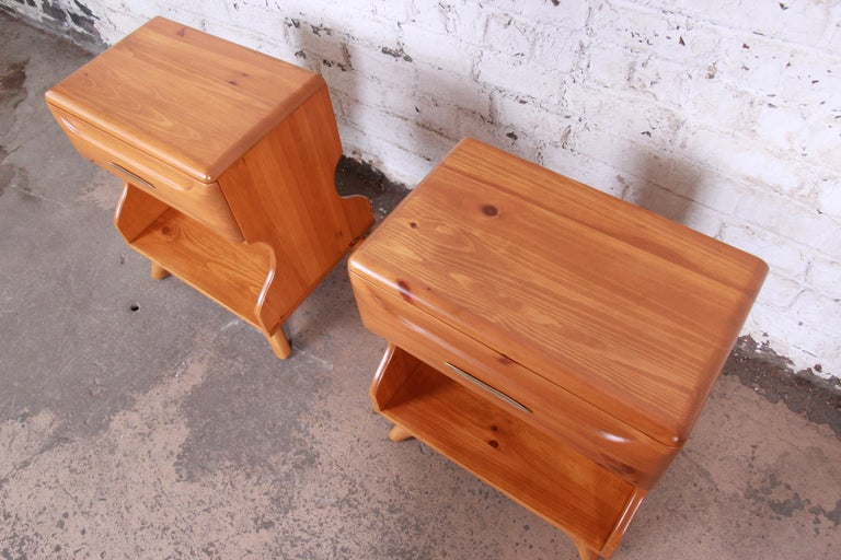 Franklin Shockey Mid-Century Modern Solid Pine Nightstands, Pair For Sale 4