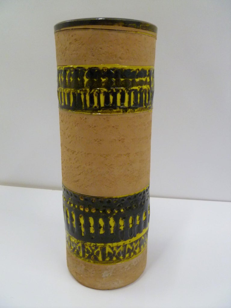 Organic Mid-Century Modern large Italian pottery cylindrical vase attributed to Aldo Londi. Made by Fratelli Fanciullacci in the 1960s. With bands of high gloss glaze in yellow and very dark brown, almost black, on an unglazed clay body. In very