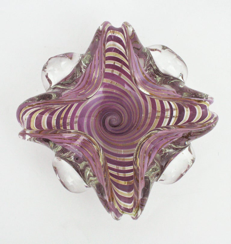 Exquiste hand blown Murano glass Sommerso swirl ribbon large bowl or ashtray with gold dust. Attributed to Fratelli Toso, Italy, 1950s. This decorative art glass bowl has a cane working twisting ribbons decoration in lilac/purple submerged into
