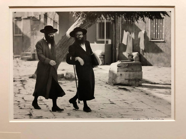 Dans le Quartier Hongrois de Mea Shearim, Jerusalem Vintage Silver Gelatin Print - Realist Photograph by Frederic Brenner