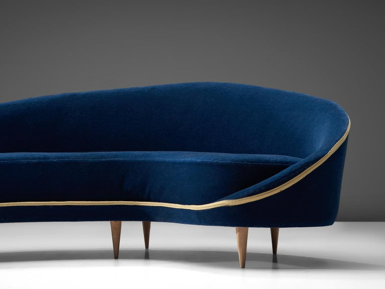 Frederico Munari Grand Curved Sofa in Blue Velvet In Good Condition For Sale In Waalwijk, NL