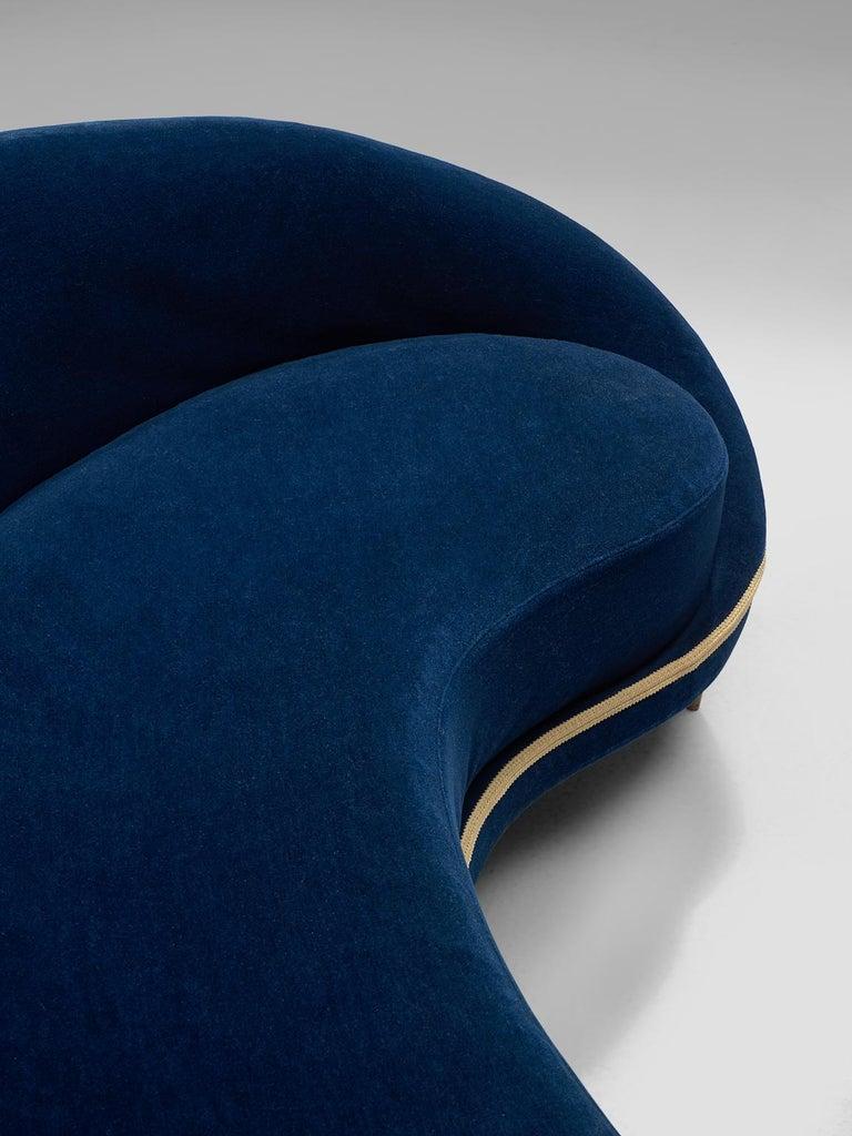 Frederico Munari Grand Curved Sofa in Blue Velvet For Sale 1