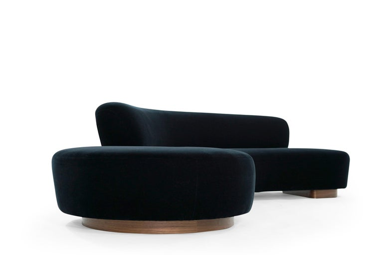 Serpentine Sofa by Vladimir Kagan in Navy Blue Mohair In Excellent Condition For Sale In Stamford, CT