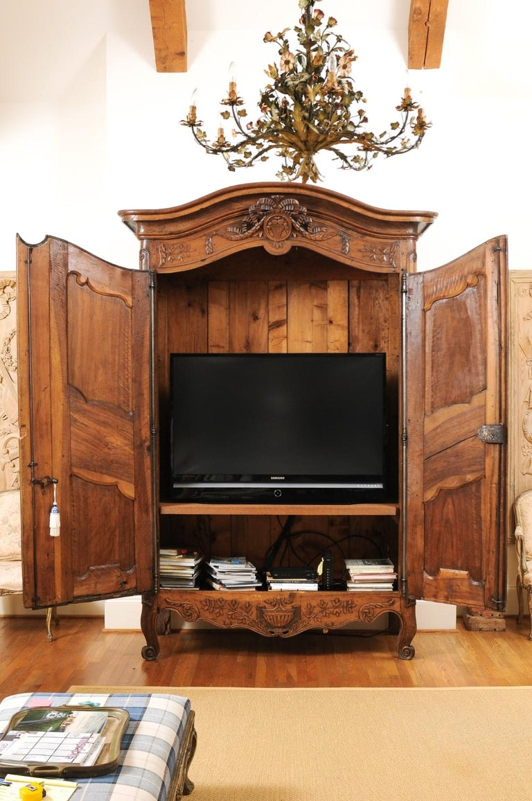 French 1740s Louis XV Walnut Armoire from Nice, with Hand Carved Foliage Décor For Sale 7