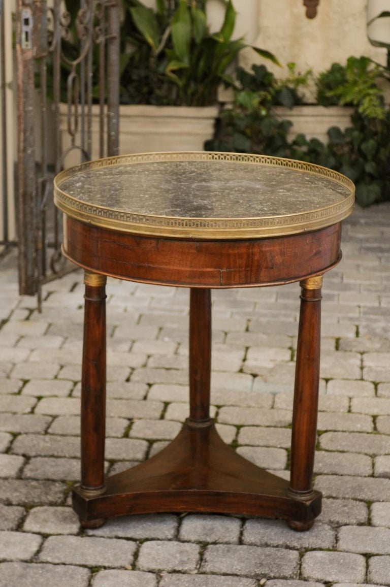 French 1810s Empire Period Walnut Guéridon Table with Bronze Mounts and Shelf For Sale 6