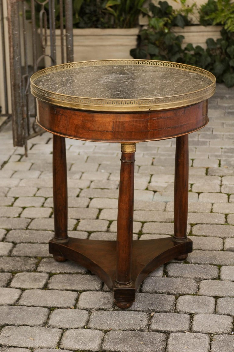 French 1810s Empire Period Walnut Guéridon Table with Bronze Mounts and Shelf For Sale 7