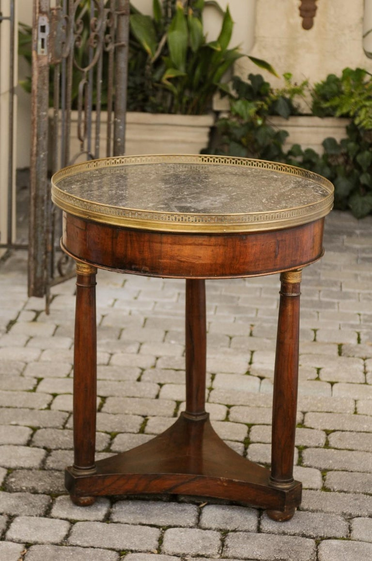 French 1810s Empire Period Walnut Guéridon Table with Bronze Mounts and Shelf For Sale 4