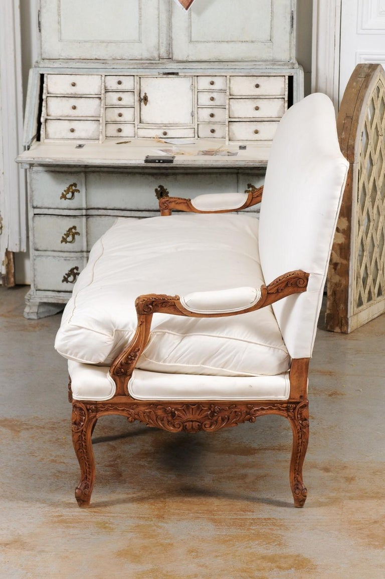 French 1850s Régence Style Three-Seat Canapé with Carved Shells and Upholstery For Sale 9