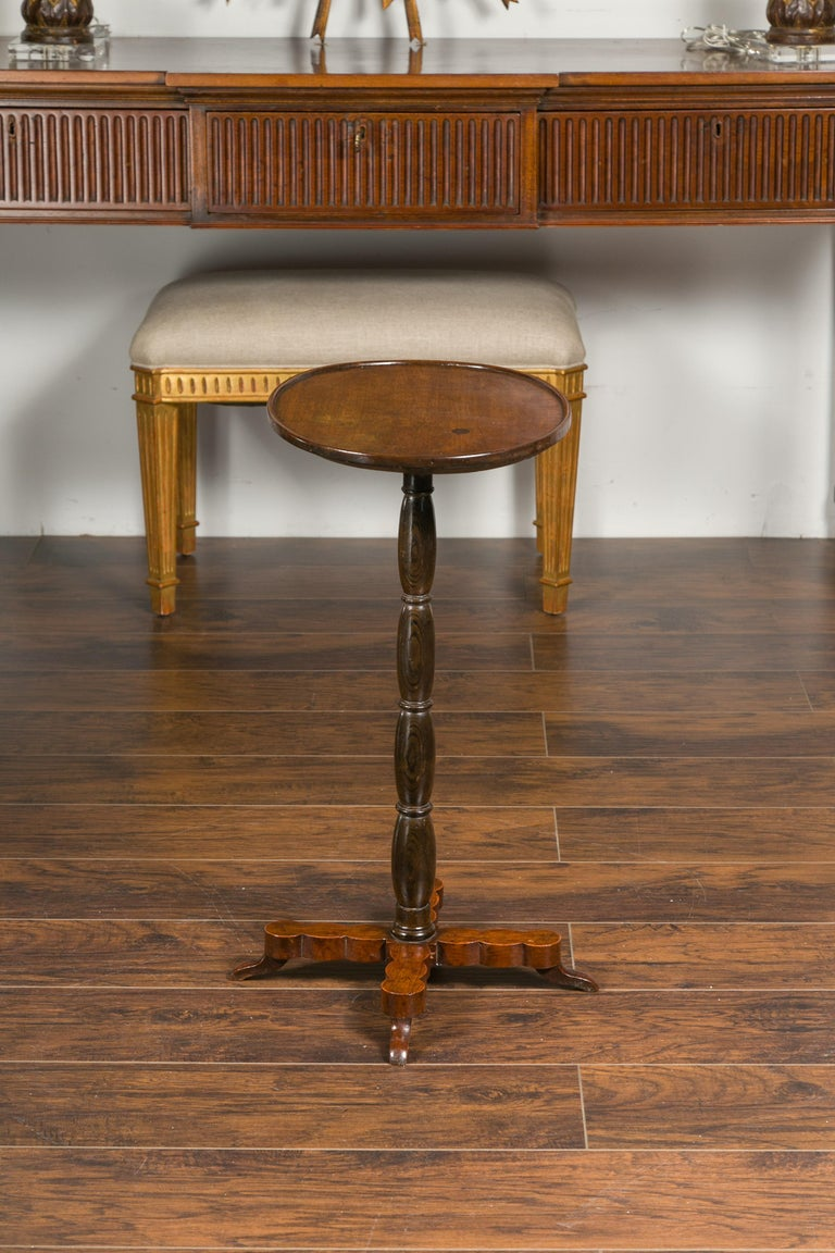 19th Century French 1890s Oval Top Walnut Guéridon Side Table with Turned Pedestal Base For Sale