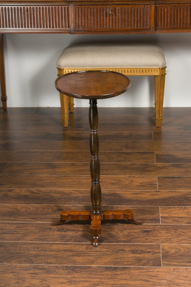 French 1890s Oval Top Walnut Guéridon Side Table with Turned Pedestal Base For Sale 1