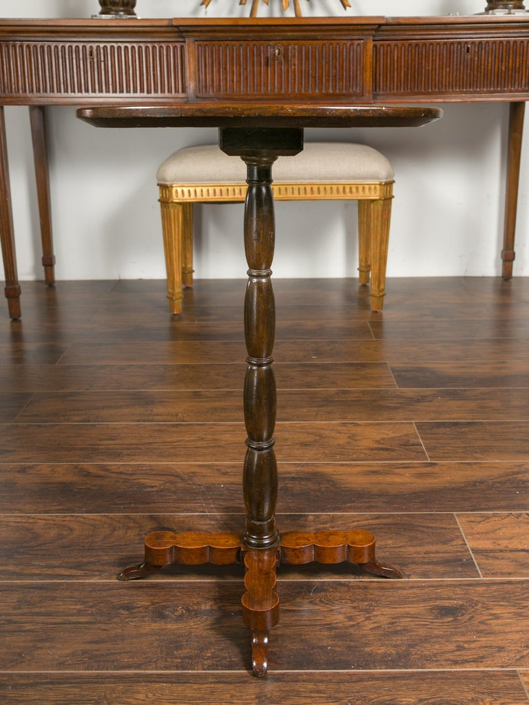 French 1890s Oval Top Walnut Guéridon Side Table with Turned Pedestal Base For Sale 2