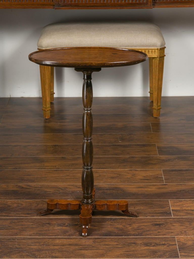 French 1890s Oval Top Walnut Guéridon Side Table with Turned Pedestal Base For Sale 3