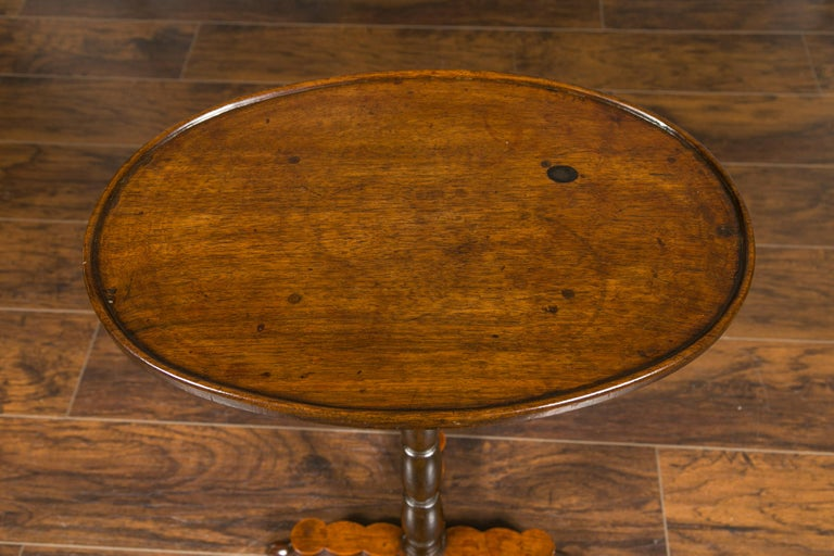 French 1890s Oval Top Walnut Guéridon Side Table with Turned Pedestal Base For Sale 5