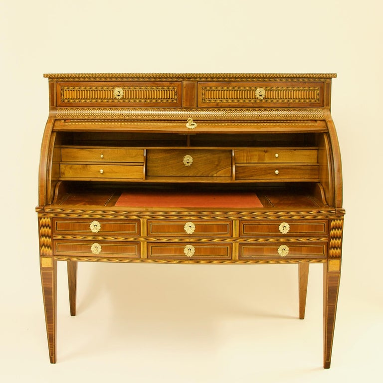 French 18th Century Large Louis XVI Marquetry Desk or Bureau à Cylindre In Good Condition For Sale In Berlin, DE