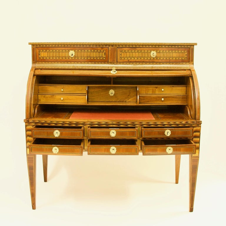 French 18th Century Large Louis XVI Marquetry Desk or Bureau à Cylindre For Sale 1