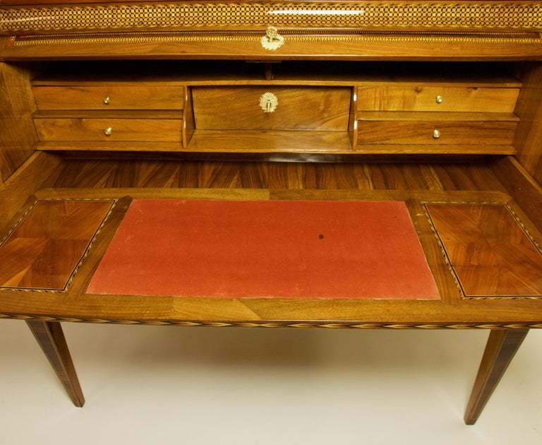 French 18th Century Large Louis XVI Marquetry Desk or Bureau à Cylindre For Sale 2