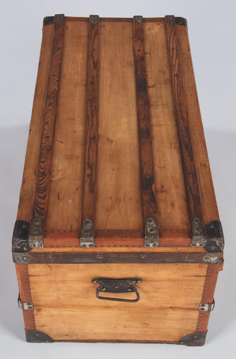 French 1900s Traveling Trunk in Poplar For Sale 5