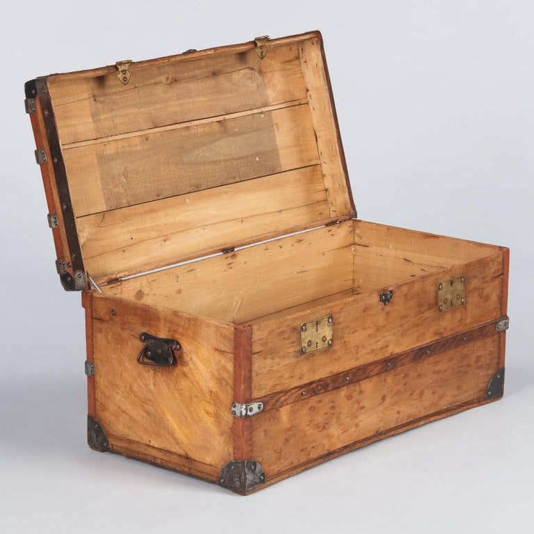 French 1900s Traveling Trunk in Poplar For Sale 1
