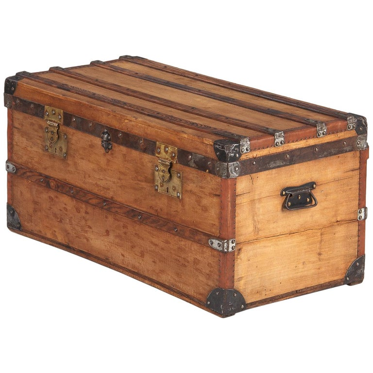 French 1900s Traveling Trunk in Poplar For Sale
