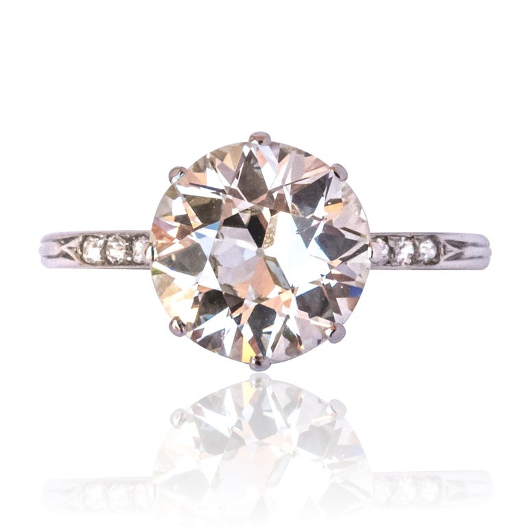 Platinum ring, dog head hallmark. Set with an antique brilliant cut diamond of 2.45 carats on platinum, this splendid authentic solitaire ring has gone through the ages without getting a wrinkle. 4 antique brillant cut diamonds accompany the main