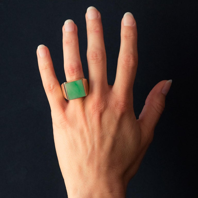 Ring in 18 karat yellow gold, eagle's head hallmark. Important signet ring, it is set on its top within a square setting, a jadelite jade. Total weight of jade: approximately 12 carats. Height: 1.62 cm, width: 1.58 cm, thickness: 5.7 mm, width of