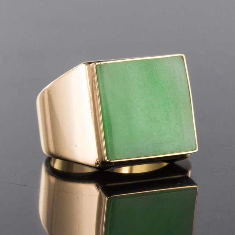 French 1930s 12 Carat Jade 18 Karat Yellow Gold Men's Signet Ring In Excellent Condition For Sale In Poitiers, FR