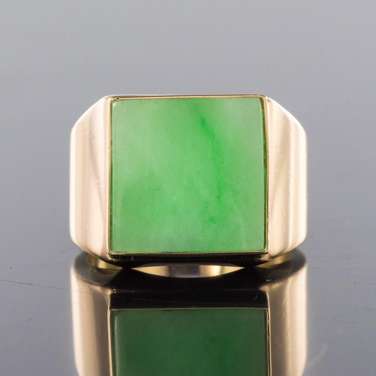 French 1930s 12 Carat Jade 18 Karat Yellow Gold Men's Signet Ring For Sale 2